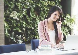 Motivierte Frau bei der Arbeit