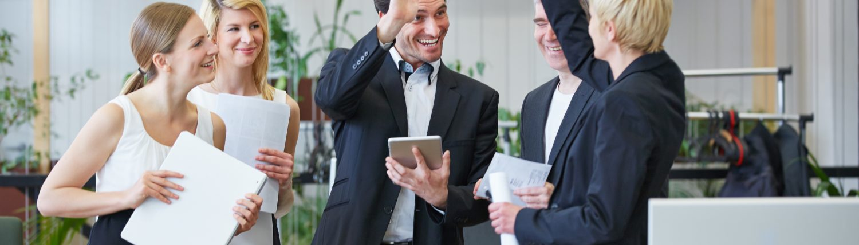 Lachendes Business Team gibt High Five im Büro