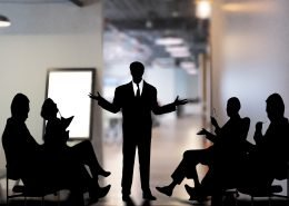 Silhouette von mehreren stilisierten Personen, die miteinander diskutieren.