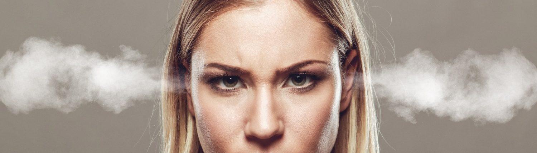Wütende Mitarbeiterin mit blonden Haaren, der Rauch aus den Ohren kommt
