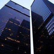 Zwillingstürme einer Holding mit dunkler Fensterfront