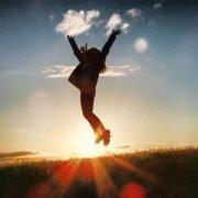 Springende Frau vor Sonnenuntergang