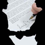 Im Vordergrund als Silhouette: zwei Personen die sich die Hand reichen. Dahinter eine Vertragsseite, die unterschrieben wird.