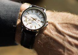 Analoge Uhr an Handgelenk eines Mannes