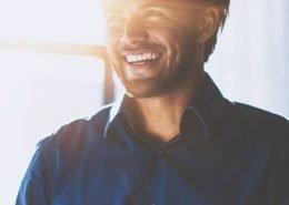 glücklicher Mitarbeiter hält eine Präsentation
