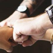 motivierte Mitarbeiter zeigen Teamgeist